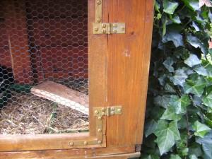 Scharniere und andere verbindende Metalteile am Kaninchenstall selber bauen ist nicht schwer