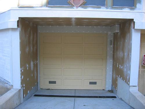 Garage bauen oder zur Fertiggarage greifen?