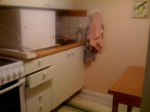 Alte Möbel und Küchen mit Klebefolie erneuern