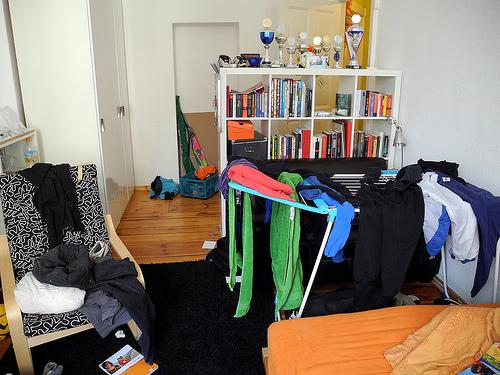 Chaotisches jugendliches Zimmer