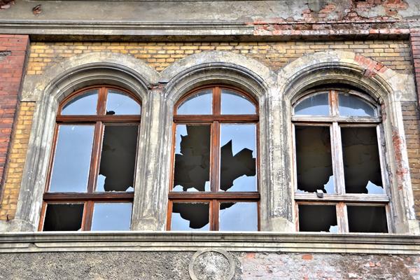 Immobilienkauf in den neuen Bundeländern - kaputte Fenster an Altbau - Haus in Mageburg / Sachsen-Anhalt