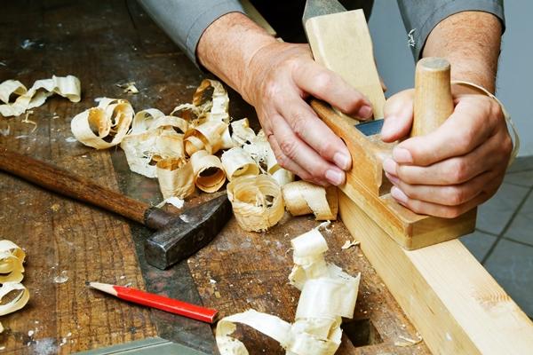 Schreiner bei der Arbeit - Möbel nach Maß - Werkstoff Holz