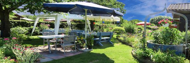Gartenfest unter Markise und Partyzelt