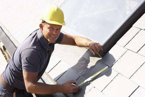 Eine fachmännische Verlegung der Dachziegel sorgt für eine längere Haltbarkeit.