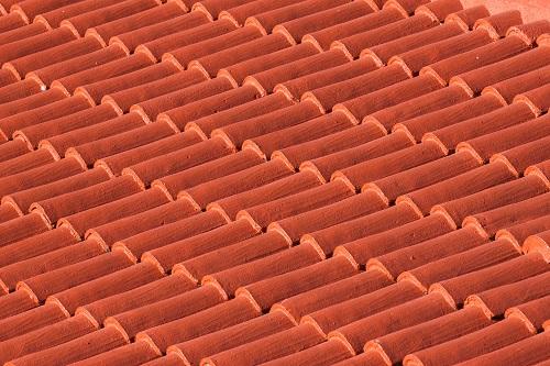 Dachziegel in guter Qualität überdauern fachmännisch verlegt eine sehr lange Zeit.