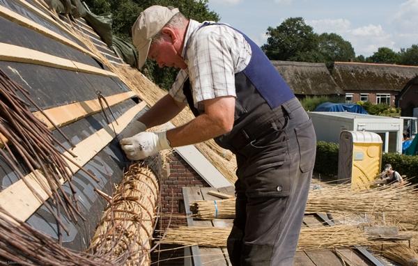 Strohdach an einem Fachwerkhaus - schlechter Brandschutz - Dächer mit Tondachziegeln