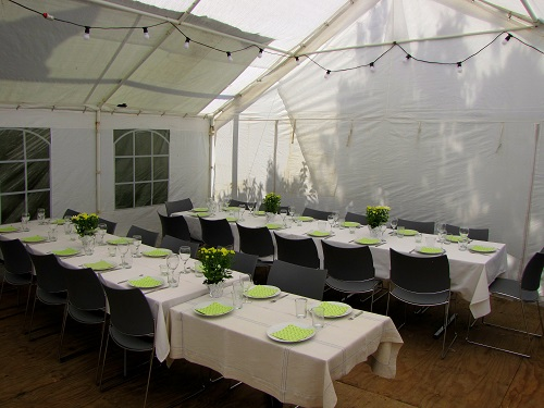 Ein Pavillon kann sehr nützlich für eine erfolgreiche Gartenparty sein!