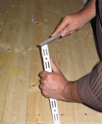 Spitze Kanten und scharfen Grad an gesägten Eisenteilen entfernen