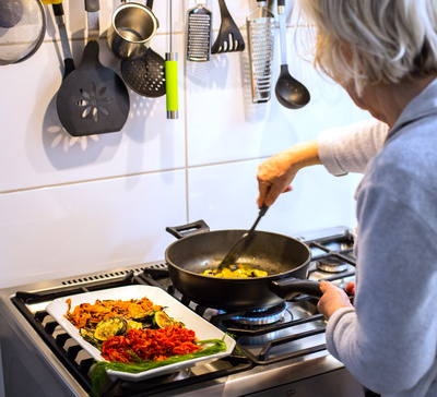 Mit Oma's Kochkünsten am Gasgherd Bild: © Rainer Sturm / pixelio.de