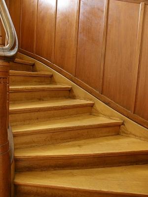 Elegante Holztreppe sorgt für mehr Wohnatmosphäre