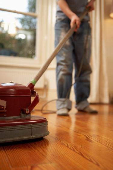 Die richtige Pflege für den Holzboden. Bild: © Ableimages/Photodisc/Thinkstock