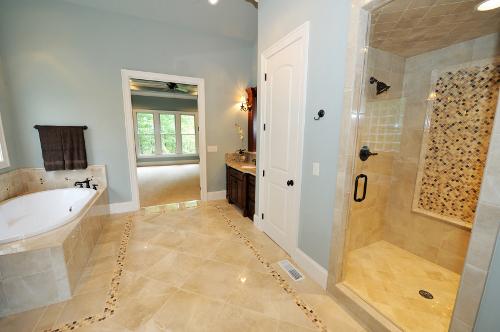 Mit Fliesen im Bild 2: Der Natursteinlook ist für das Bad gut geeignet