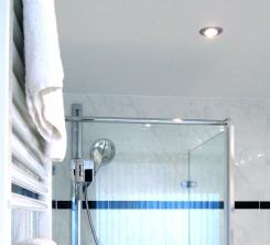Badgestaltung mit Dusche und Badewanne