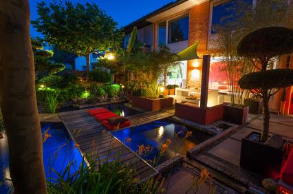 Bild 1: Privater Garten zur blauen Stunde