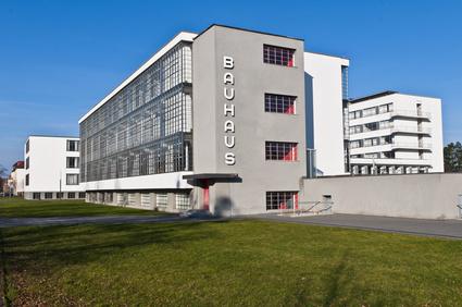 Bild 2: Gebäude im Bauhaus Stil