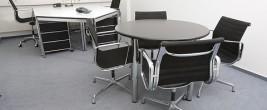 Büroraum mit Bürostühlen und Bürotischen
