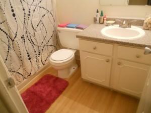 Ein Holzboden kann im Bad verlegt werden - damit er aber auch dauerhaft unbeschadet bleibt, müssen einige wichtige Details beachtet werden.   Foto: Lyn Lomasi   Lizenz: CC BY 2.0
