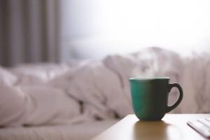 Bett und Kaffeetasse