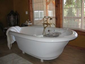 Eine schicke freistehende Badewanne. | Foto: Erica Nicol | Lizenz: CC BY-SA 2.0