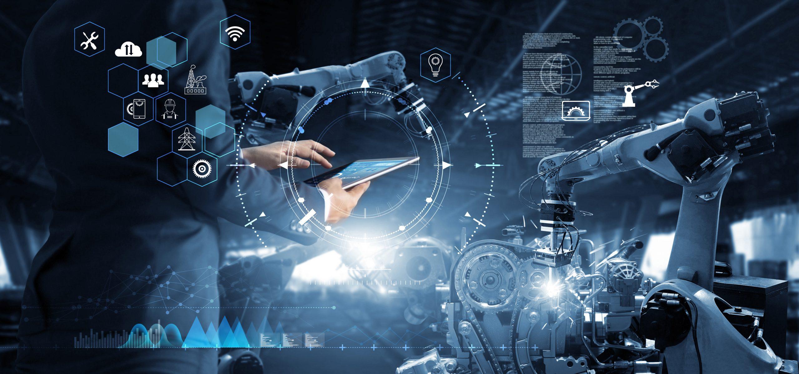 Mann mit einem Tablet, im Hintergrund ein Industrieroboter: Mit einer professionellen Anlagensimulation bzw. Anlagenplanung können Maschinenpark-Betreiber für mehr Effizienz und Produktivität sorgen!