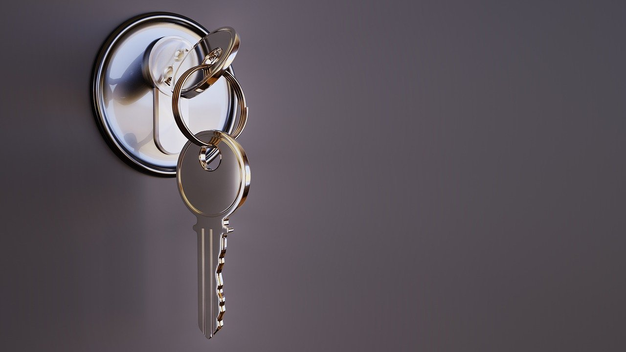 Schlüssel im Türschloss
