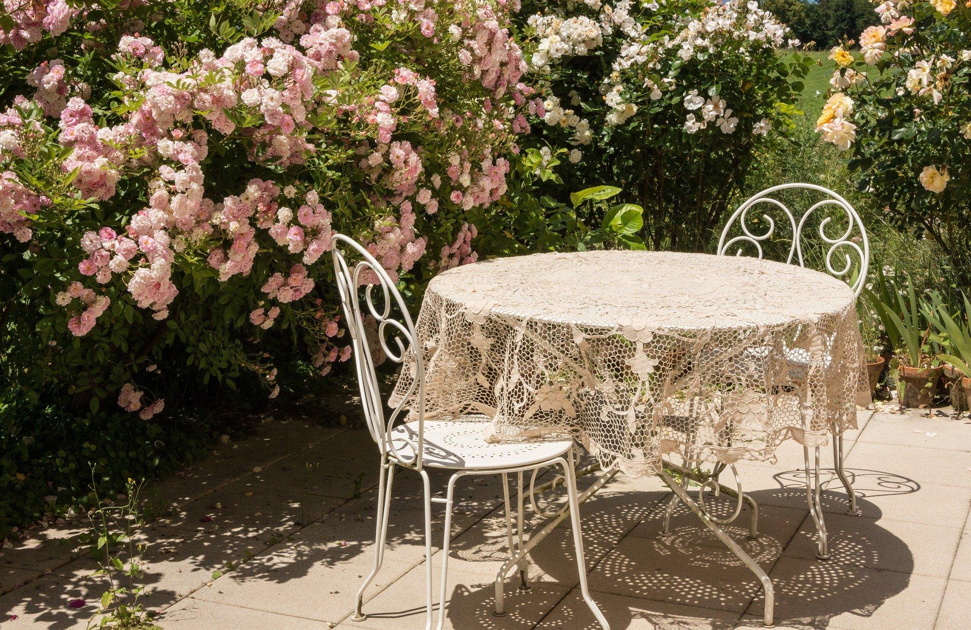 Tisch auf Terrasse